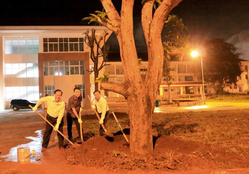 Bộ trưởng Bộ Nội vụ Lê Vĩnh Tân trồng cây lưu niệm tại Phân viện HVHC Quốc gia KV Tây Nguyên