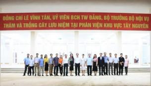 Bộ trưởng Bộ Nội vụ Lê Vĩnh Tân, Lãnh đạo Học viện Hành chính Quốc gia chụp hình lưu niệm cùng toàn thể viên chức, người lao động tại Phân viện