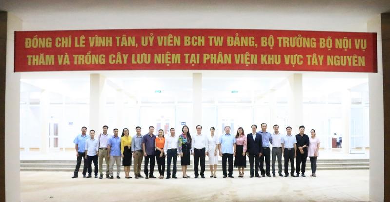 Bộ trưởng Bộ Nội vụ Lê Vĩnh Tân và Lãnh đạo Học viện Hành chính Quốc gia chụp hình lưu niệm cùng toàn thể viên chức, người lao động tại Phân viện