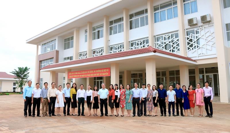 Lãnh đạo Học viện Hành chính Quốc gia chụp hình lưu niệm với toàn thể viên chức và người lao động tại Phân viện
