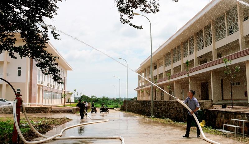 Viên chức, người lao động và đội phòng cháy chữa cháy – cứu hộ cứu nạn của Phân viện thực hành sử dụng dụng cụ PCCC