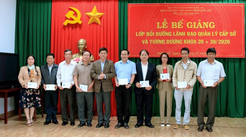 Ông Bạch Văn Mạnh – Giám đốc sở Nội vụ Đắk Lắk trao chứng chỉ cho các học viên