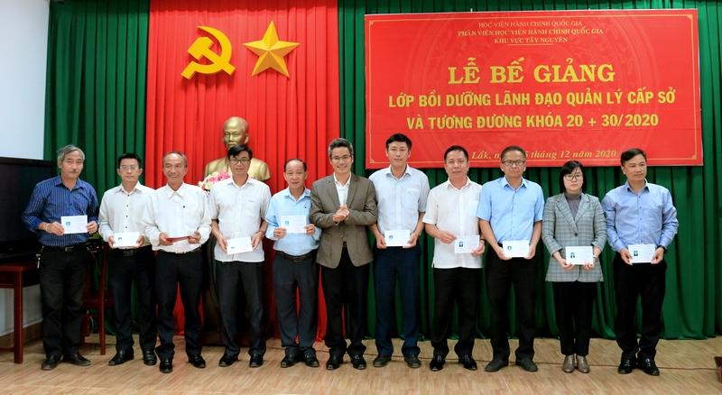 Ông Bùi Hiếu – Phó Giám đốc Sở Nội vụ tỉnh Đắk Nông trao chứng chỉ cho học viên