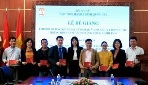 ThS. Phạm Thị Quỳnh Hoa - Trưởng ban Hợp tác Quốc tế trao chứng chỉ cho các học viên
