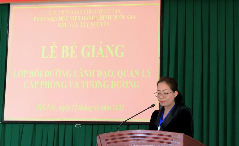 ThS. Lê Kim Loan - Phó phòng Quản lý Đào tạo và Bồi dưỡng, Phân viện Học viện Hành chính Quốc gia khu vực Tây Nguyên công bố các quyết định liên quan đến lớp học