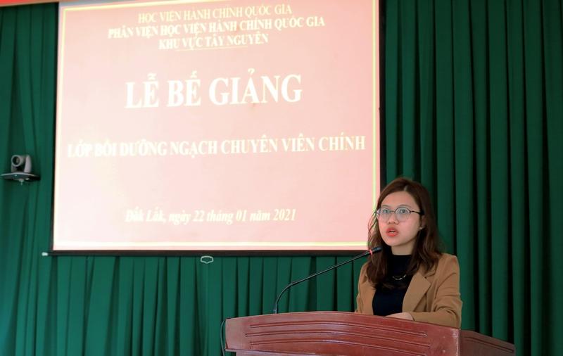 Bà Đặng Thị Việt Hà - Chuyên viên Quản lý Đào tạo và Bồi dưỡng, Phân viện Học viện Hành chính Quốc gia khu vực Tây Nguyên thông qua báo cáo tổng kết lớp học