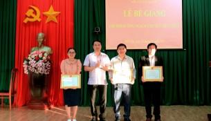 TS. Thiều Huy Thuật - Phó Giám đốc Phân viện Học viện Hành chính Quốc gia khu vực Tây Nguyên trao giấy khen cho các học viên đạt thành tích xuất sắc trong học tập