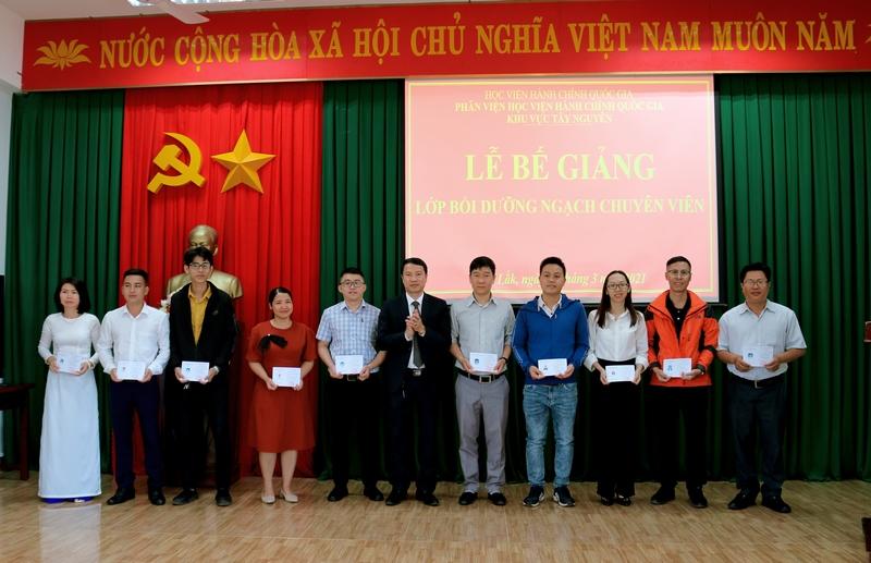 TS. Thiều Huy Thuật - Phó Giám đốc Phân viện Học viện Hành chính Quốc gia khu vực Tây Nguyên trao chứng chỉ cho các học viên