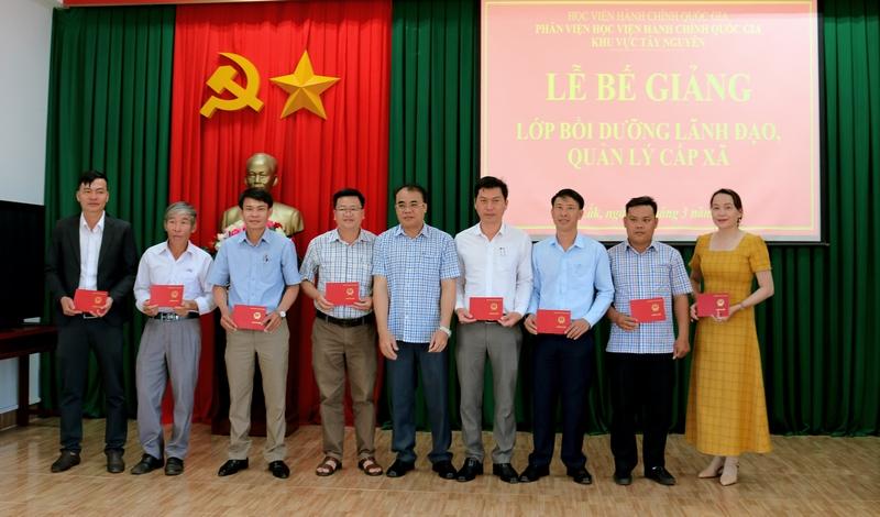 Ông Y Mơ MLô - Phó Giám đốc Sở Nội vụ tỉnh Đắk Lắk trao chứng chỉ cho các học viên