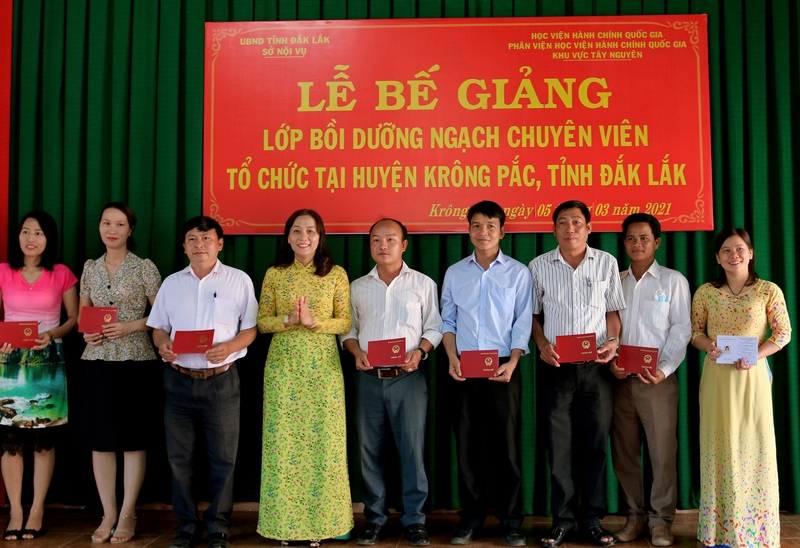 Bà Nguyễn Thị Kim Oanh, PCT UBND huyện Krông Pắk trao chứng chỉ cho các học viên