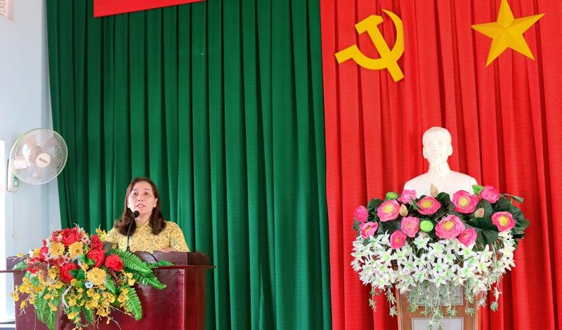 Bà Nguyễn Thị Kim Oanh, PCT UBND huyện Krông Pắk phát biểu tại lễ bế giảng