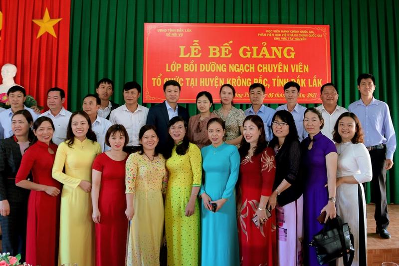 Lãnh đạo phân viện, Lãnh đạo Huyện, thầy cô giáo cùng toàn thể học viên của lớp chụp hình lưu niệm