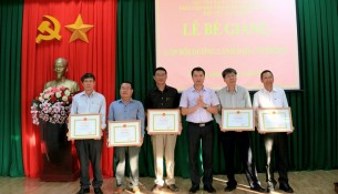 TS. Thiều Huy Thuật - Phó Giám đốc Phân viện Học viện Hành chính Quốc gia khu vực Tây Nguyên trao giấy khen cho các học viên đạt thành tích xuất sắc