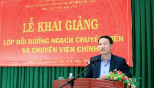 TS. Thiều Huy Thuật - Phó Giám đốc Phân viện Học viện Hành chính Quốc gia khu vực Tây Nguyên phát biểu khai giảng lớp học
