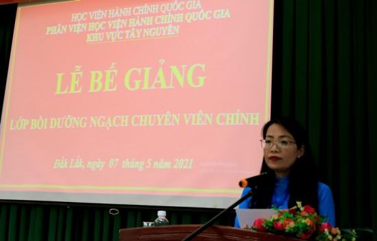 ThS. Lê Kim Loan – Phó phòng Quản lý Đào tạo và Bồi dưỡng, Phân viện Học viện Hành chính Quốc gia khu vực Tây Nguyên công bố các quyết định liên quan đến lớp học