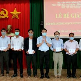 TS. Thiều Huy Thuật – Phó Giám đốc Phân viện Học viện Hành chính Quốc gia khu vực Tây Nguyên trao chứng chỉ cho các học viên