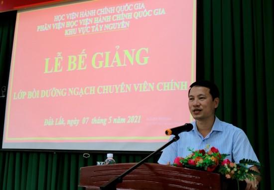 TS. Thiều Huy Thuật – Phó Giám đốc Phân viện Học viện Hành chính Quốc gia khu vực Tây Nguyên phát biểu bế giảng lớp học
