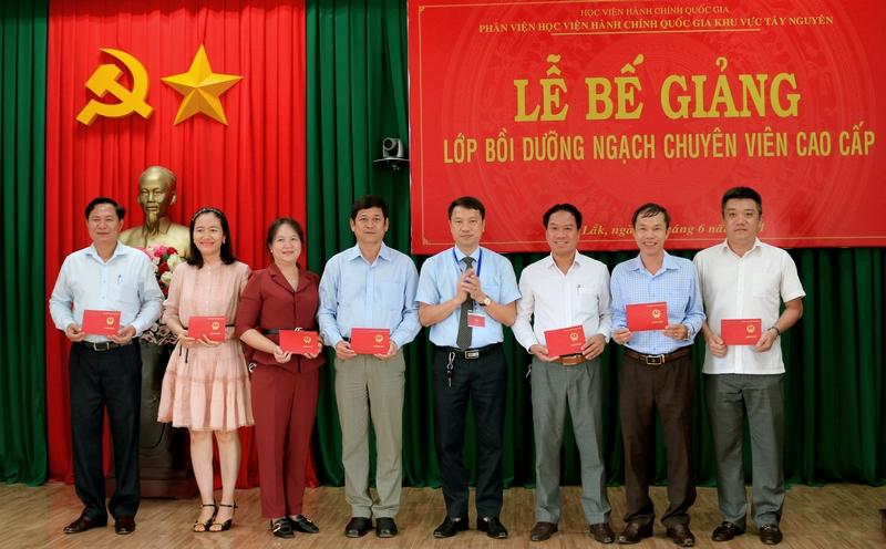 TS. Thiều Huy Thuật - Phó Giám đốc Phân viện HVHCQG khu vực Tây Nguyên trao chứng chỉ cho các học viên