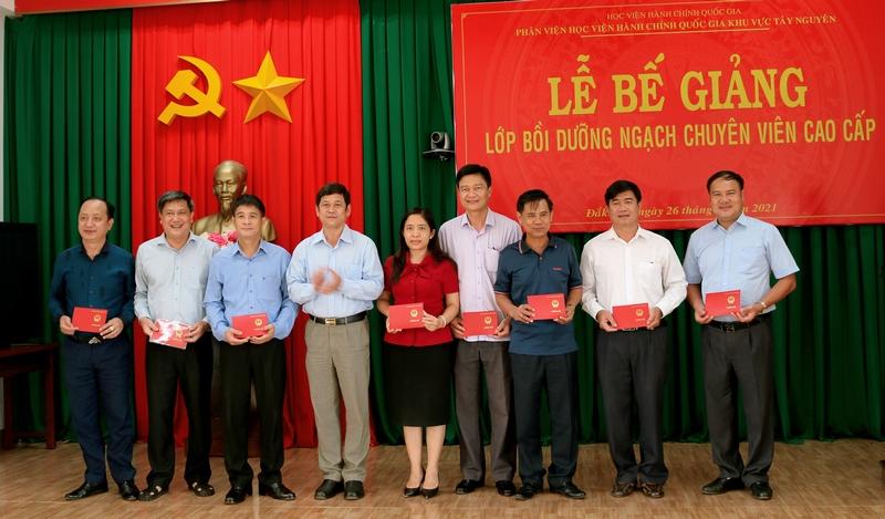 Ông Bạch Văn Mạnh - Giám đốc Sở nội vụ tỉnh Đắk Lắk trao chứng chỉ cho các học viên