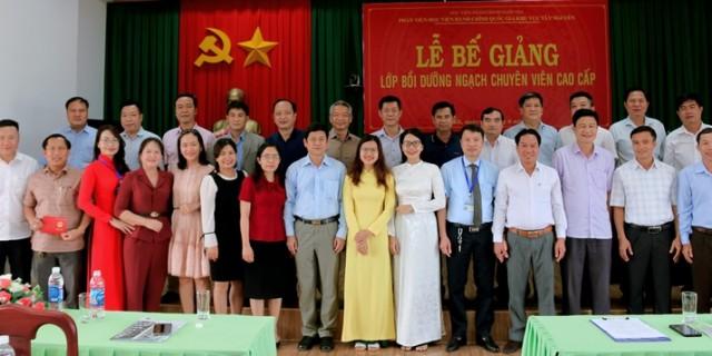 Lãnh đạo Phân viện, các thầy cô giáo chụp hình lưu niệm cùng học viên.