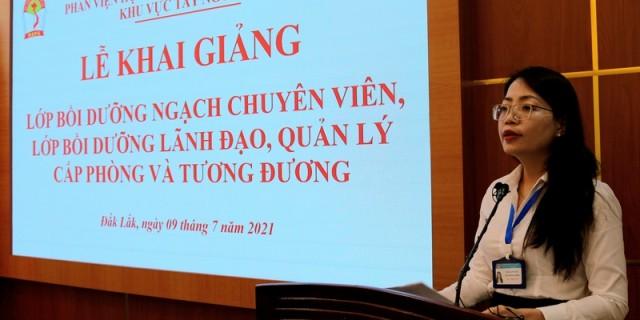 ThS. Lê Kim Loan - Phó trưởng phòng Quản lý đào tạo, bồi dưỡng công bố các Quyết định liên quan đến lớp học