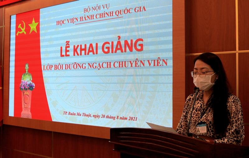 ThS. Lê Kim Loan - Phó trưởng phòng Quản lý ĐT-BD công bố các Quyết định.