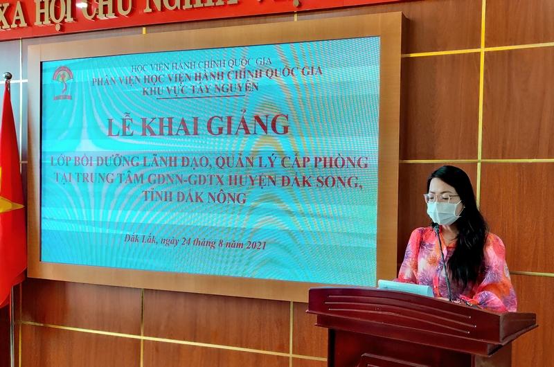 ThS. Lê Kim Loan - PTP Quản lý đào tạo, bồi dưỡng công bố các Quyết định