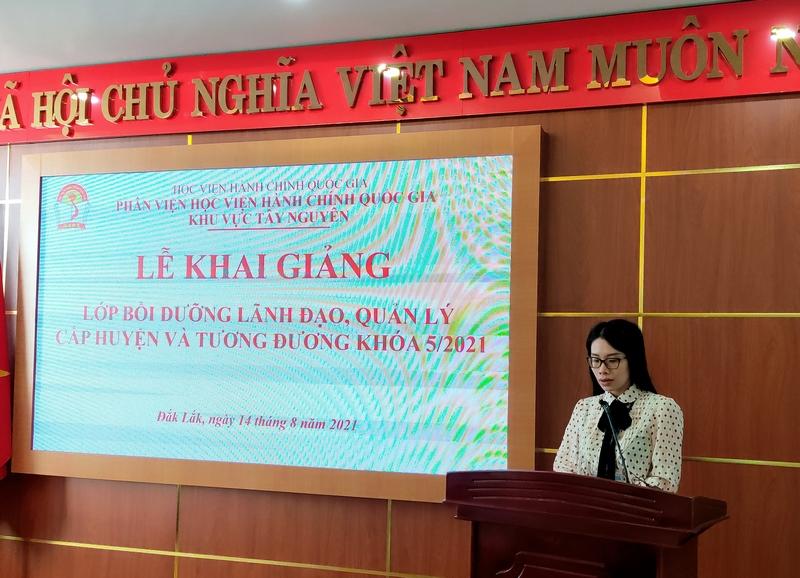 ThS. Nguyễn Thị Thu Hương - CV Phòng Quản lý ĐT-BD thông qua các Quyết định liên quan đến lớp học