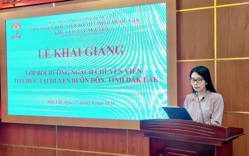 ThS. Nguyễn Thu Hương - Phòng Quản lý ĐT-BD công bố các Quyết định liên quan đến lớp học