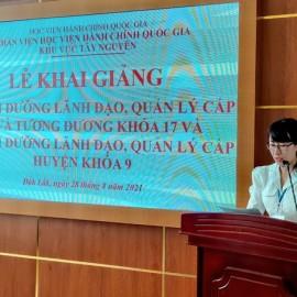 ThS. Tạ Thị Thu Trang - Phòng Quản lý ĐT-BD công bố các Quyết định liên quan.