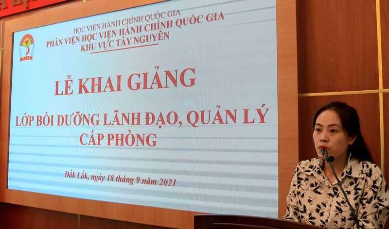 ThS. Hồ Thị Huyền Trang - Phòng Quản lý ĐT-BD công bố các Quyết định liên quan đến lớp học.