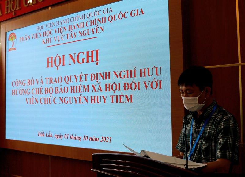 ThS. Phan Xuân Quý - Trưởng phòng TC-HC công bố các Quyết định liên quan