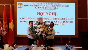 TS. Thiều Huy Thuật - Phó Giám đốc Phân viện HVHCQG KV Tây Nguyên trao Quyết định và tặng hoa chúc mừng ThS. Nguyễn Huy Tiềm