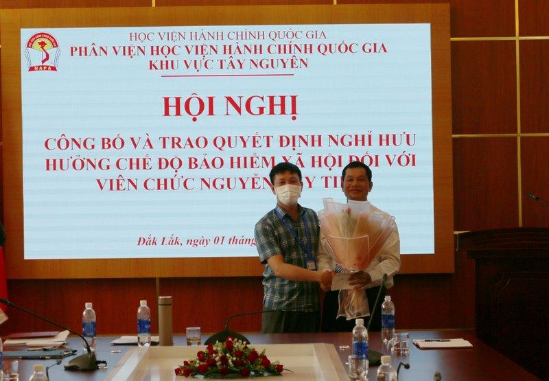 ThS. Phan Xuân Quý - Trưởng phòng TC-HC, Chủ tịch Công đoàn Bộ phận chúc mừng ThS. Nguyễn Huy Tiềm