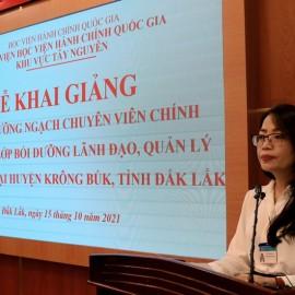 ThS. Lê Kim Loan - Phó trưởng phòng Quản lý ĐT-BD công bố các Quyết định liên quan đến lớp học.