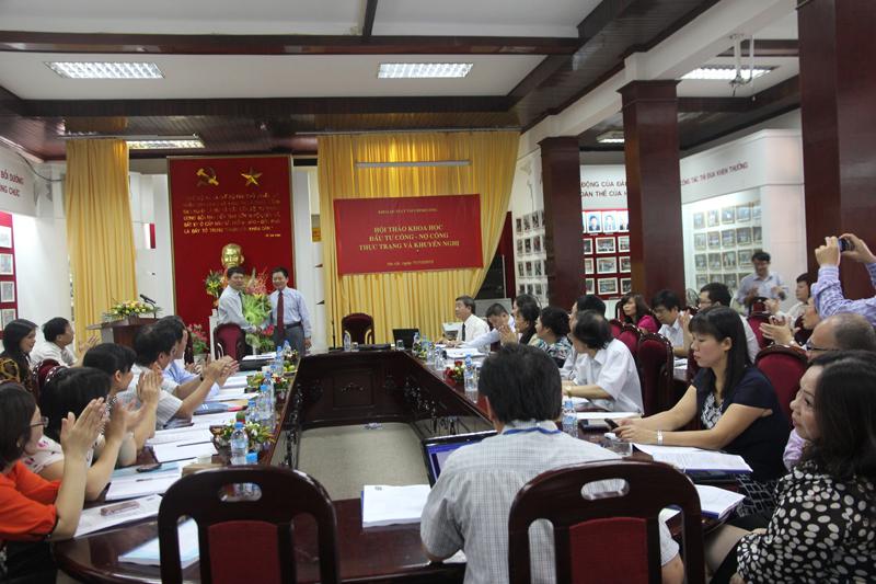 PGS. TS Nguyễn Đăng Thành - Giám đốc Học viện tặng hoa chúc mừng Khoa Quản lý Tài chính công nhân dịp kỷ niệm 10 năm ngày thành lập Khoa và Hội thảo