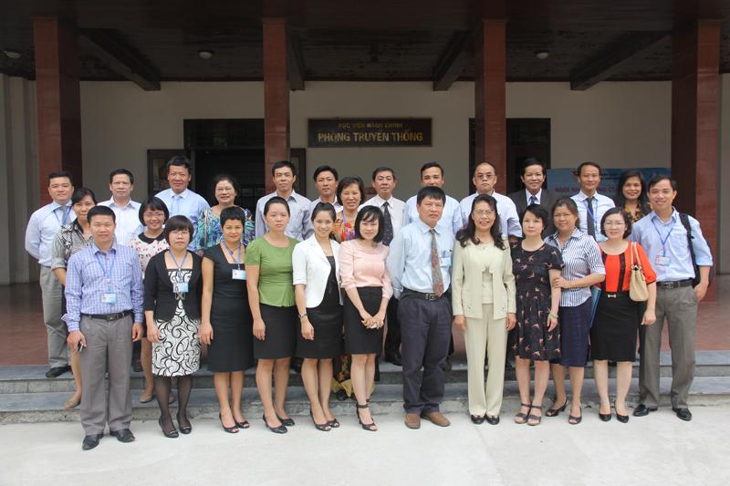 Các đại biểu tham dự Hội thảo chụp ảnh kỷ niệm.