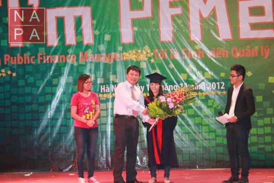 TS Nguyễn Ngọc Thao tặng hoa chúc mừng nhà vô địch của Hội thi