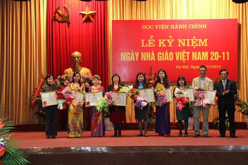 Các giảng viên của Khoa và Học viện được trao tặng Kỷ niệm chương