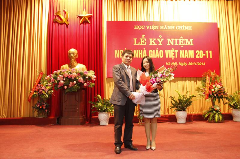 TS Nguyễn Ngọc Thao - Trưởng Khoa QL Tài chính công tặng hoa chúc mừng Ths Phạm Thị Thanh Hương