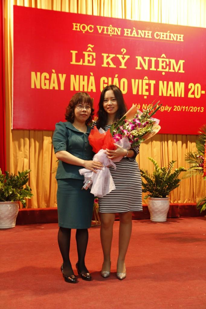 Ths Phạm Thị Thanh Vân tặng hoa chúc mừng Ths Phạm Thị Thanh Hương