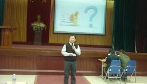 Hình: TS. Nguyễn Ngọc Thao - Trưởng khoa QL Tài chính công giải đáp những băn khoăn của sinh viên khóa 12 khi lựa chọn chuyên ngành QL Tài chính công.