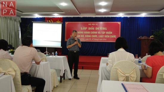 CVCC. Trần Anh Tuấn trình bày nội dung Luật Cán bộ, công chức, Luật Viên chức tại lớp bồi dưỡng