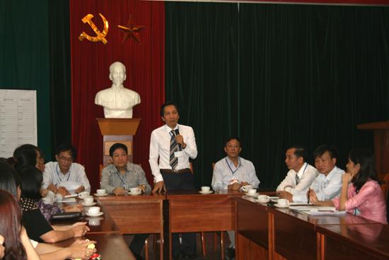 Thứ trưởng Bộ Nội vụ TS. Trần Anh Tuấn phát biểu với các giám thị coi thi tại điểm thi Hà Nội, sáng 29/11/2014.
