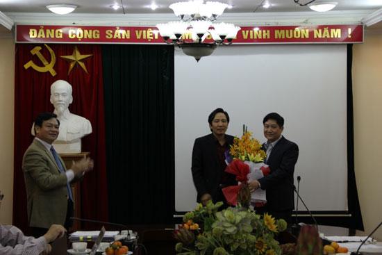 TS. Trần Anh Tuấn tặng hoa chúc mừng TS. Lê Như Thanh