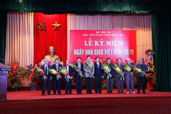 TS. Trần Anh Tuấn tặng hoa chúc mừng 09 nhà giáo lão thành
