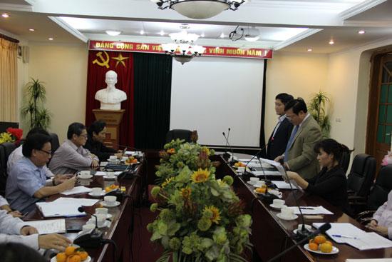 TS. Hoàng Quang Đạt đọc Quyết định chuẩn y chức danh Bí thư Đảng ủy Học viện Hành chính Quốc gia đối với TS. Lê Như Thanh