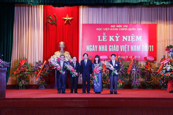 TS. Trần Anh Tuấn tặng hoa chúc mừng Ban giám đốc Học viện