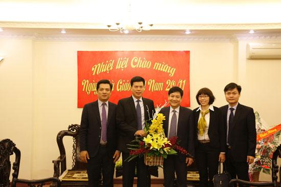 Ngân hàng Vietcombank chi nhánh Thăng Long tặng hoa và chúc mừng Lãnh đạo Học viện nhân dịp 20/11