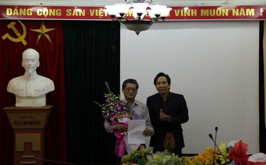 TS. Trần Anh Tuấn tặng hoa chúc mừng PGS.TS. Lưu Kiếm Thanh